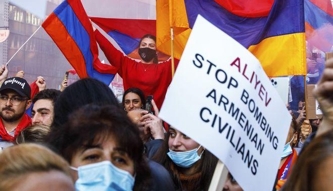 Οι διαδηλωτές έξω από την σύνοδο κορυφής της ΕΕ στις Βρυξέλλες διαδηλώνουν υπέρ της Αρμενίας και ενάντια στον πόλεμο στην περιοχή Ναγκόρνο-Καραμπάχ, 1 Οκτωβρίου 2020.