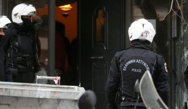 Έρευνα αστυνομικών της Αντιτρομοκρατικής Υπηρεσίας σε διαμέρισμα πολυκατοικίας στην οδό Αλκέτου 26 - 28 στο Παγκράτι την Πέμπτη 7 Φεβρουαρίου 2013. (EUROKINISSI/ΤΑΤΙΑΝΑ ΜΠΟΛΑΡΗ)