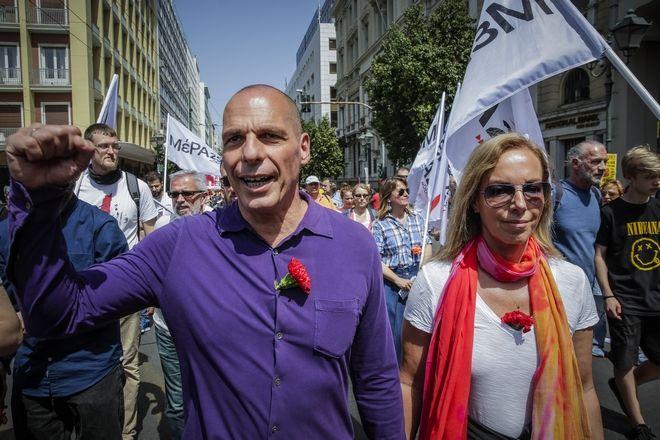 Ο επικεφαλής του ΜΕΡΑ 25 Γιάνης Βαρουφάκης με την σύζυγό του Δανάη Στράτου στην συγκέντρωση για την Εργατική Πρωτομαγιά