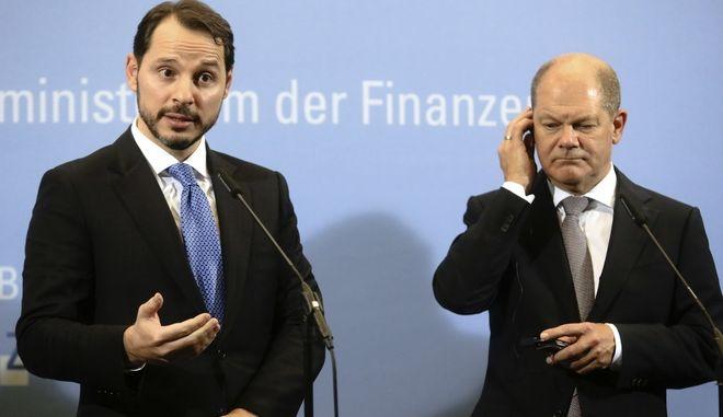 Κοινή συνέντευξη Τύπου του υπουργού Οικονομικών της Γερμανίας, Όλαφ Σολτς (δεξιά) με τον Τούρκο ομόλογό του, Μπεράτ Αλμπαϊράκ (αριστερά) στο Βερολίνο