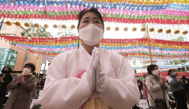 Βουδίστρια με μάσκα σε ναό στην Νότια Κορέα (AP Photo/Ahn Young-joon)