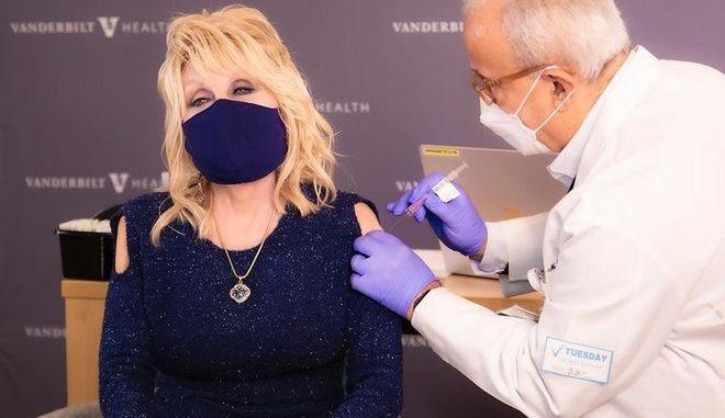 Εμβολιάστηκε η Ντόλι Πάρτον