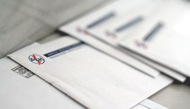 ΛΟΓΑΡΙΑΣΜΟΙ ΤΗΣ ΔΕΗ   Φάκελοι με λογαριασμούς ηλεκτρικού ρεύματος από τη ΔΕΗ σε είσοδο πολυκατοικίας στην πόλη των Τρικάλων την Παρασκευή 20 Ιουλίου 2012.   (EUROKINISSI/ΘΑΝΑΣΗΣ ΚΑΛΛΙΑΡΑΣ)
