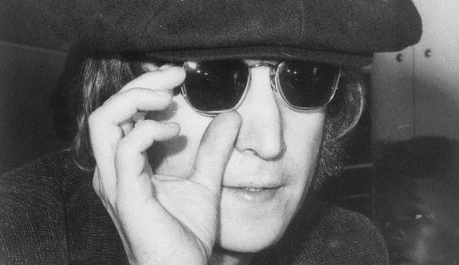 Ο Τζον Λένον φορώντας γυαλιά ηλίου.