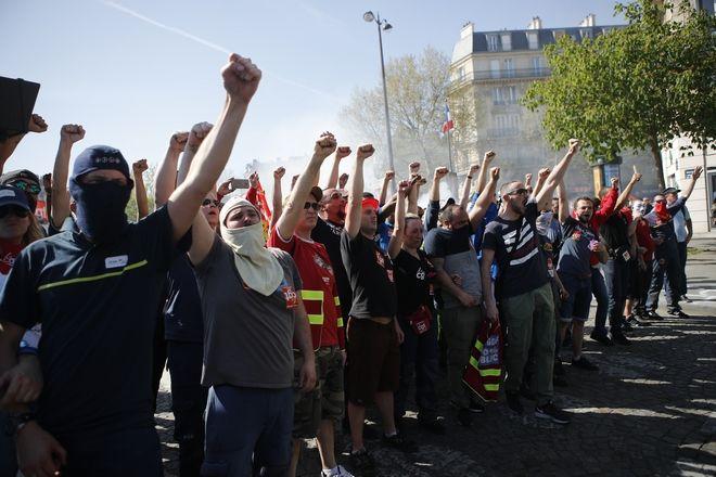 Μέλη του συνδικάτου εργαζομένων κατά τη διάρκεια της διαδήλωσης σε συμπαράσταση στους εργαζόμενους στους σιδηροδρόμους στη Γαλλία