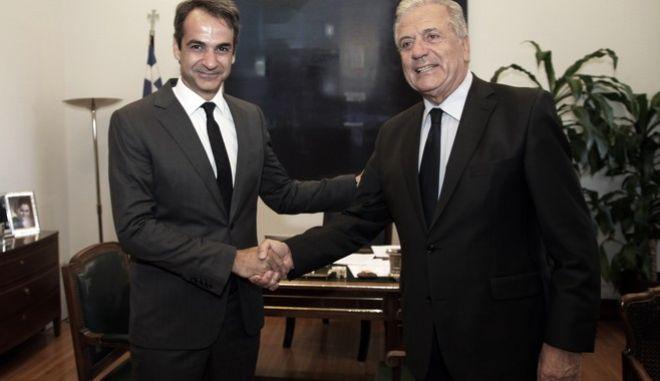 Συνάντηση του προέδρου της Νέας Δημοκρατίας Κυριάκου Μητσοτάκη(α) με τον επίτροπο Μετανάστευσης, Εσωτερικών Υποθέσεων και Ιθαγένειας Δημήτρη Αβραμόπουλο(δ) την Δευτέρα 9 Οκτωβρίου 2017, στο γραφείο του προέδρου της Νέας Δημοκρατίας στη Βουλή. (EUROKINISSI/ΓΙΑΝΝΗΣ ΠΑΝΑΓΟΠΟΥΛΟΣ)