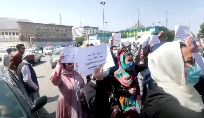 Στιγμιότυπο από τη διαμαρτυρία γυναικών στην Καμπούλ