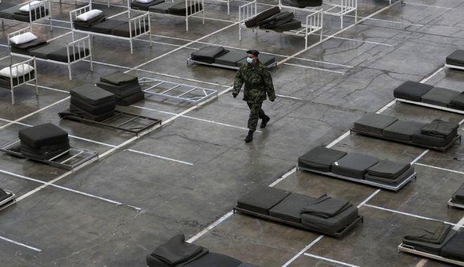 Σέρβος στρατιώτης επιτηρεί κατά συνθήκη νοσοκομείο