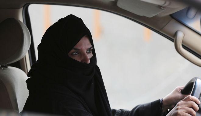 Η πρώτη έκθεση αυτοκινήτου μόνο για γυναίκες στη Σ. Αραβία