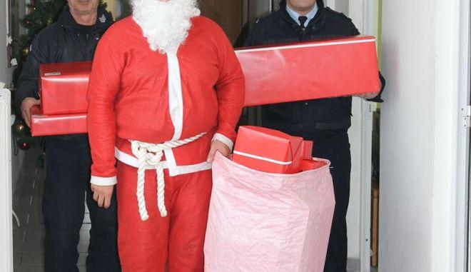 Σύρος: Στο Αστυνομικό τμήμα ο Άγιος Βασίλης