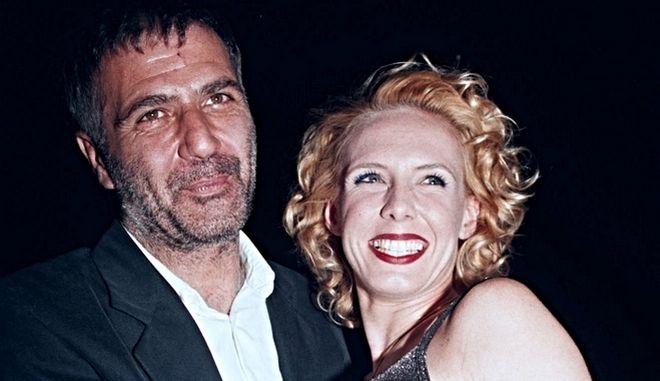 """Ο Νίκος Σεργιανόπουλος και η Εβελίνα Παπούλια, σε πάρτι για το τέλος των γυρισμάτων της σειράς """"Δύο Ξένοι"""", 1999"""