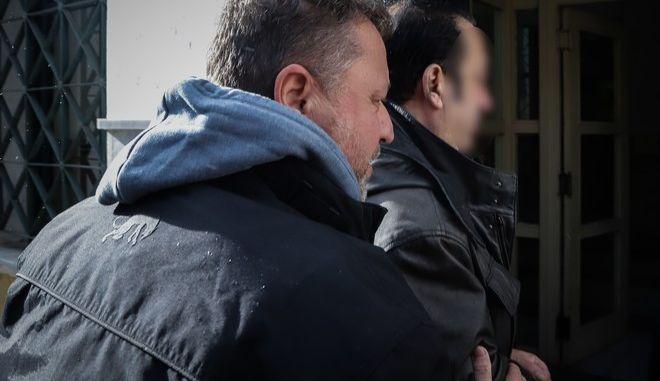 Ο ιδιοκτήτης των ενεχυροδανειστηρίων Ριχάρδος, καθώς οδηγείται στον ανακριτή