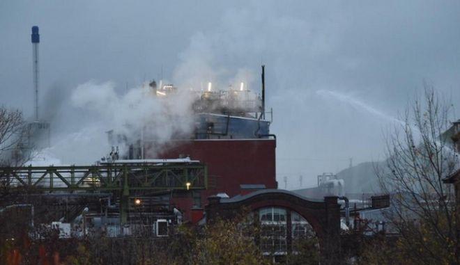 Πυροσβεστικές δυνάμεις δίνουν μάχη με τους ατμούς υδροχλωρικού οξέος στην Φρανκφούρτη