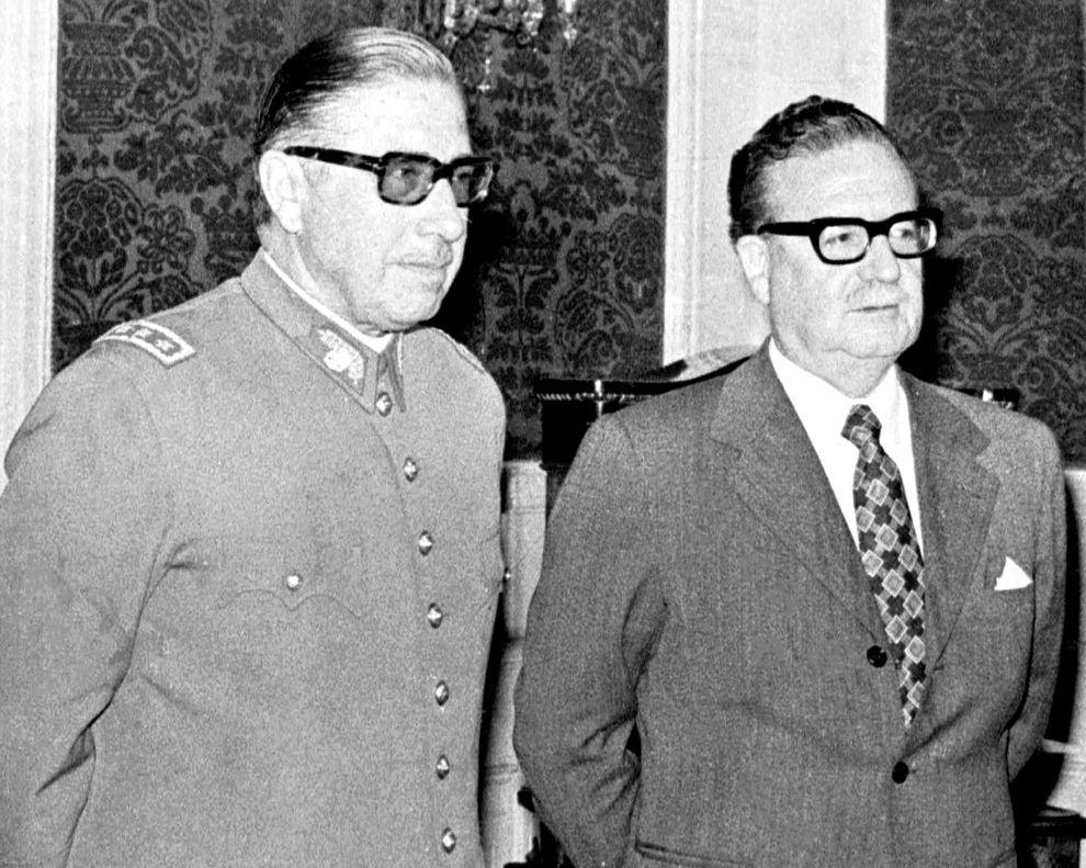 Σαλβαδόρ Αλιέντε και Αουγούστο Πινοσέτ, στην τελετή ανάληψης των καθηκόντων του δεύτερου ως επικεφαλής των χιλιανών ενόπλων δυνάμεων τον Αύγουστο του 1973.