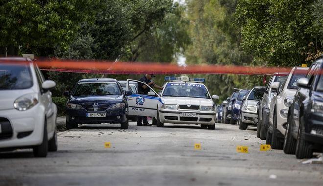 Πυροβολισμοί στην συμβολή των οδών Αίαντος και Ναϊάδων στο Παλιό Φάληρο την Τετάρτη 27 Ιουνίου 2018. Οι δράστες με ένα λευκό Alpha Romeo και μια μηχανή στην οποία επέβαιναν δύο άτομα πυροβόλησαν κατά ριπάς με αυτόματα έναν 45χρονο την στιγμή που πλησίαζε στο σπίτι του.