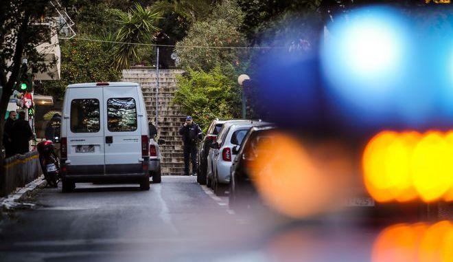 Από την έκρηξη τραυματίστηκαν ελαφρά ένας αστυνομικός και ο νεοκώρος