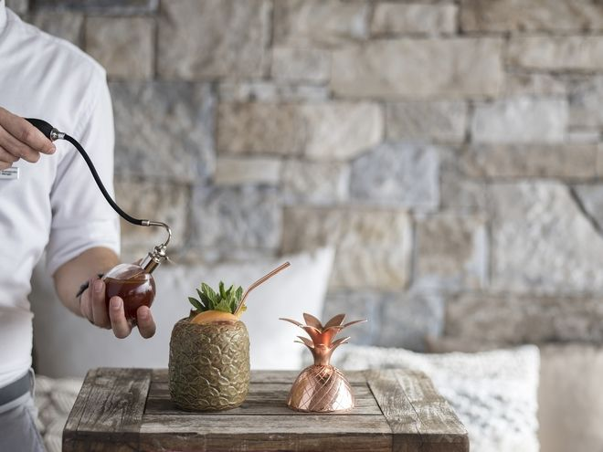 Cocktail Tiki Love με μαύρο ρούμι, πικάντικο ρούμι, λάιμ και αρωματικές ύλες