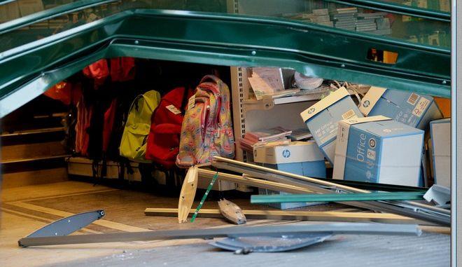 Απανωτές εισβολές με αυτοκίνητο σε φρουταγορά στη Ν. Φιλαδέλφεια και σε πολυκατάστημα στη Ν. Σμύρνη
