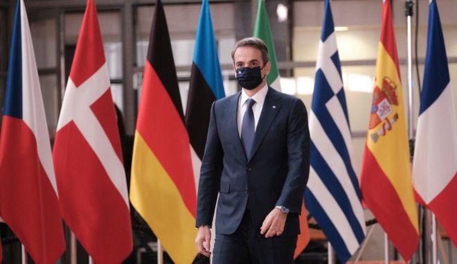Ο Κυριάκος Μητσοτάκης κατά την άφιξή του στη Σύνοδο του Ευρωπαϊκού Συμβουλίου