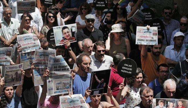 Διαμαρτυρία στην Κωνσταντινούπολη για την φυλάκιση δημοσιογράφων τον Ιούνιο του 2016