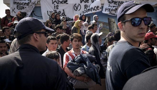Αφγανοί πρόσφυγες, στην πλατεία Σαπφούς στη Μυτιλήνη