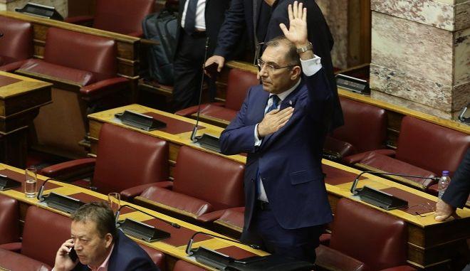 Τρίτη ημέρα της συζήτησης στην Ολομέλεια της Βουλής της πρότασης μομφής που κατέθεσε η ΝΔ εναντίον της κυβέρνησης το Σάββατο 16 Ιουνίου 2018// Ο ΒΟΥΛΕΥΤΗΣ ΔΗΜΗΤΡΗΣ ΚΑΜΜΕΝΟΣ ΨΗΦΙΖΕΙ