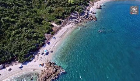 Η κρυφή παραλία-προπύργιο των γυμνιστών στην Αττική