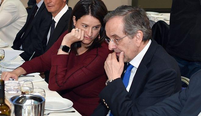 Η Υπουργός Παιδείας Νίκη Κεραμέως και ο Αντώνης Σαμαράς στην κοπή της πιτας της ΝΟΔΕ Μεσσήνιας (Φωτόγραφία αρχείου)