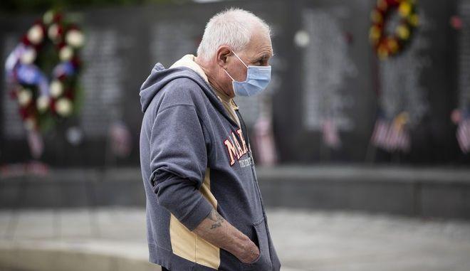 Άνδρας με μάσκα στις ΗΠΑ (AP Photo/Matt Rourke)