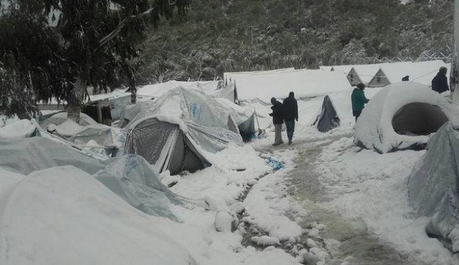 ΓΧΣ: Αβοήθητοι στο κρύο οι πρόσφυγες και οι μετανάστες