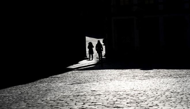 Ζευγάρι σε άδειο δρόμο