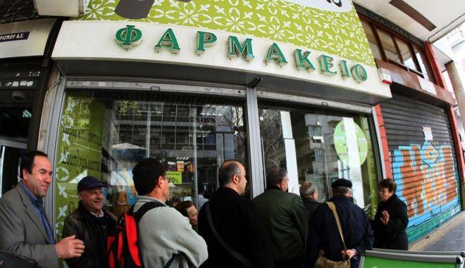 Ουρά αρκετών μέτρων σε κεντρικό φαρμακείο της Αθήνας,λόγω της συνεχιζόμενης απεργίας των φαρμακοποιών.Ο Πανελλήνιος Φαρμακευτικός σύλλογος πραγματοποιεί απεργία επ αόριστον,αντιδρώντας στο Σ/Ν της Κυβέρνησης όπου θα επιτρέπει στα μη συνταγογραφούμενα φάρμακα να πωλούνται και αλλού εκτός των φαρμακείων,αλλά και θα δίνει την δυνατότητα σε μεγάλες αλυσίδες καταστημάτων να εντάξουν φαρμακεία μέσα στα καταστήματα,συρρικνώνοντας έτσι τα μικρά φαρμακεία,Παρασκευή 28 Μαρτίου 2014  (EUROKINISSI/ΤΑΤΙΑΝΑ ΜΠΟΛΑΡΗ)