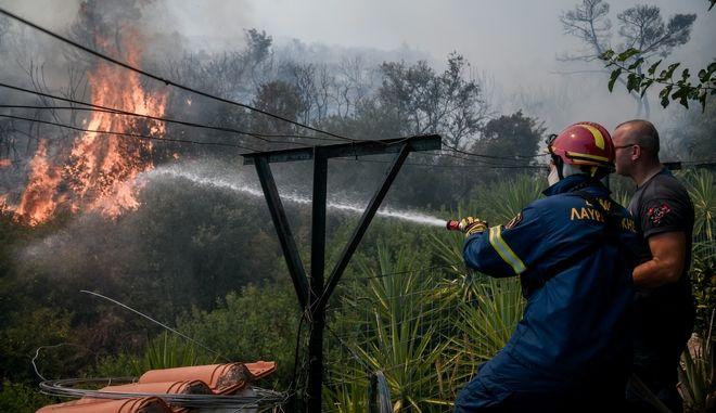 Παντελώς ανεξέλεγκτη η φωτιά στα Βίλια - Καλύτερη εικόνα στην Λαυρεωτική