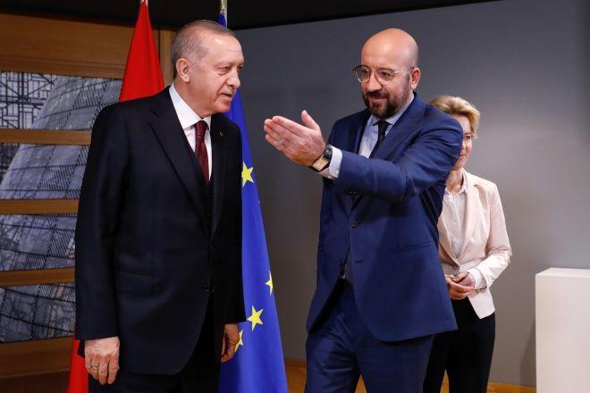 Πολύπλευρες πιέσεις στον Ερντογάν – Ψυχραιμία στην Ελλάδα