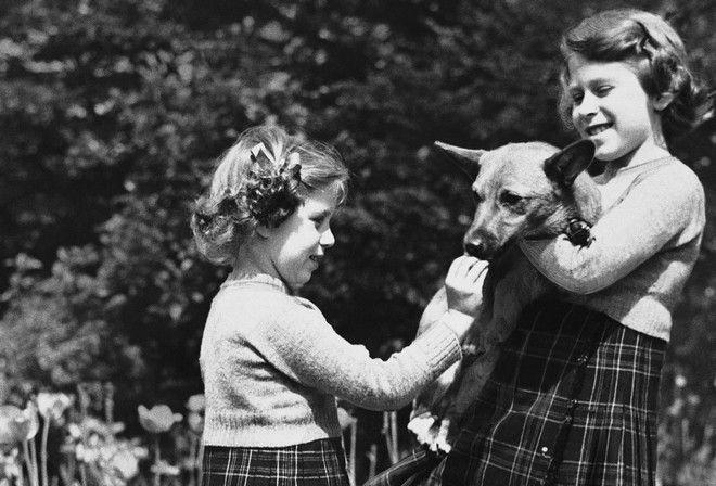 Η Ελισάβετ με την αδελφή της Μαργαρίτα, το 1936.