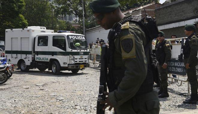 Κλιμάκια της αστυνομίας και στρατιώτες στην Κολομβία