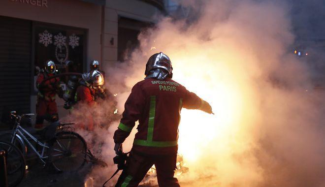 Πυροσβέστες επιχειρούν κατά τα επεισόδια στο Παρίσι