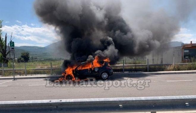 Αυτοκίνητο έπιασε φωτιά στην εθνική οδό