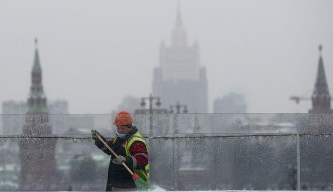 Οι πύργοι του Κρεμλίνου και στο κέντρο το κτίριο του ρωσικού υπουργείου Εξωτερικών