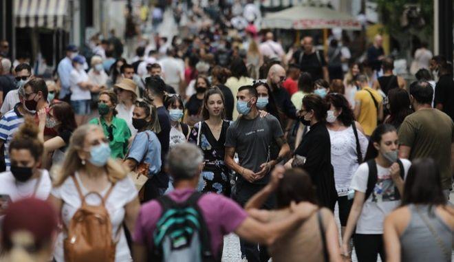 Κόσμος περπατά στο κέντρο της Αθήνας