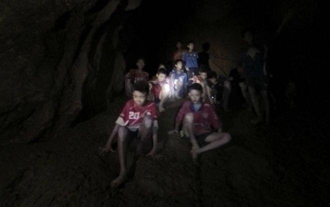 Τα παιδιά και ο προπονητής τους τη στιγμή που εντοπίστηκαν από σπηλαιοδύτες