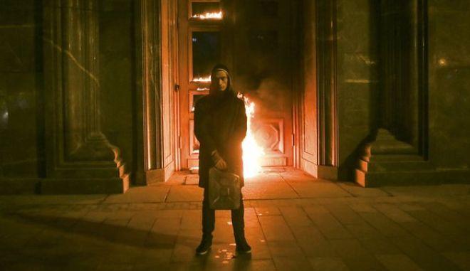 Πρόστιμο στον καλλιτέχνη Παβλένσκι επειδή έβαλε φωτιά στις πόρτες της ιστορικής έδρας της πρώην KGB