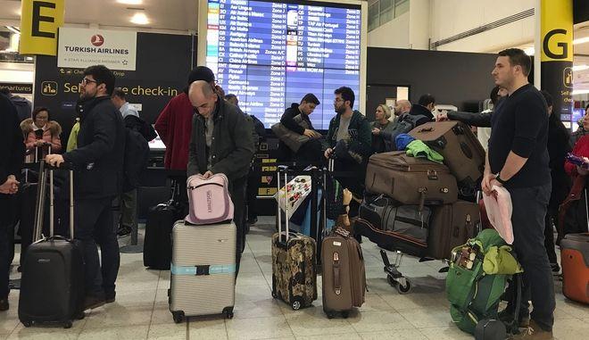 Ταξιδιώτες εν αναμονή στο αεροδρόμιο του Γκάτγουικ