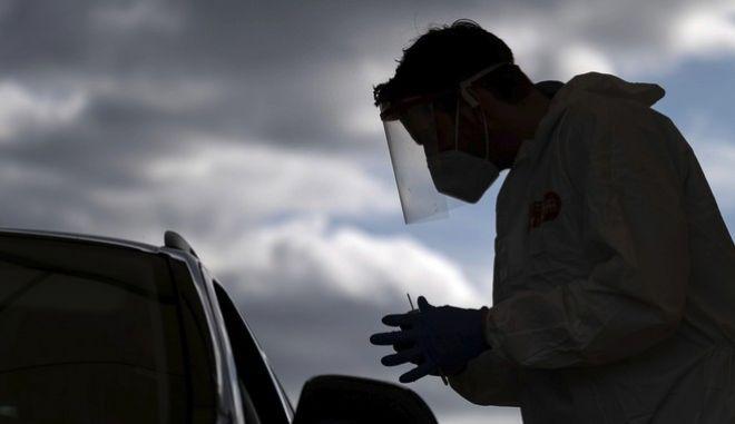 Νοσηλευτής κάνει τεστ κορονοϊού στη Γερμανία