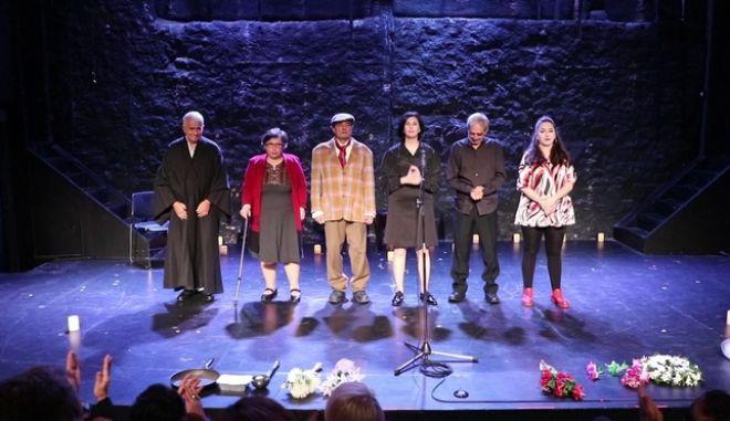 Καταχειροκροτήθηκε η θεατρική ομάδα αστέγων της Equal Society