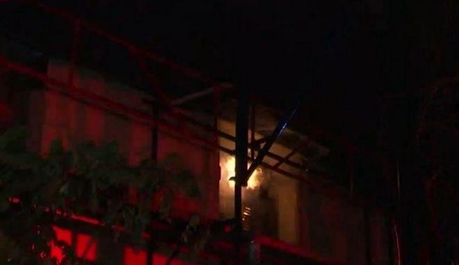 Φωτιά σε τριώροφο κτίριο στον Κολωνό