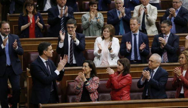 O Πέδρο Σάντσεθ δέχεται το χειροκρότημα σοσιαλιστών βουλευτών μετά την υπερψήφιση της πρότασης μομφής