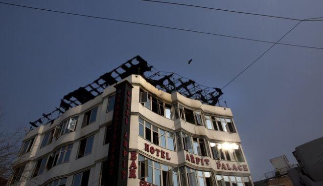 Το ξενοδοχείο Αρπιτ στο Νέο Δελχί μέρος του οποίου κάηκε ολοσχερώς οδηγώντας στον θάνατο δεκάδες ανθρώπους