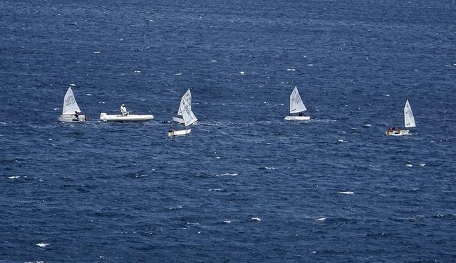 Μικρά ιστιοφόρα πλεόυν σε θάλασσα της Αττικής την Κυριακή 16 Ιουλίου 2017. (EUROKINISSI/ΓΙΩΡΓΟΣ ΚΟΝΤΑΡΙΝΗΣ)