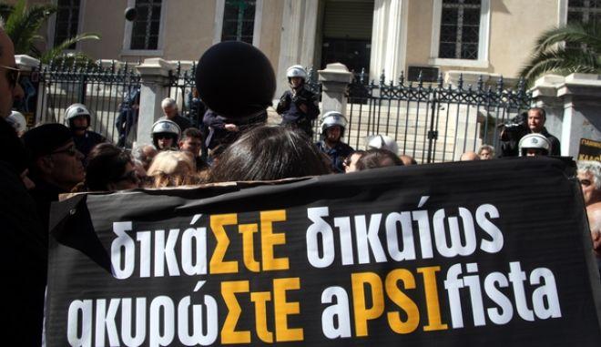 ΑΘΗΝΑ-ΔΙΑΜΑΡΤΥΡΙΑ ΟΜΟΛΟΓΙΟΥΧΩΝ ΤΟΥ ΔΗΜΟΣΙΟΥ ΣΤΟ ΣΥΜΒΟΥΛΙΟ ΕΠΙΚΡΑΤΕΙΑΣ.Στην Ολομέλεια του Συμβουλίου της Επικρατείας οι αιτήσεις εκατοντάδων ομολογιούχων του Ελληνικού Δημοσίου που ζητούν να ακυρωθεί το «κούρεμα» (PSI) ομολόγων δεκάδων δισ.ευρώ που έγινε τον περασμένο χρόνο.(EUROKINISSI)